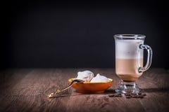 Lattecoffeexponeringsglas med bönor och maräng Royaltyfria Bilder