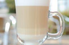 Latteglas gelaagd close-up in een koffie op de straat stock foto's