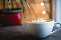 Lattekaffe i den vita koppen fotografering för bildbyråer
