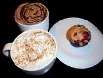 Lattekaffe, varm choklad och tranbärmuffin Arkivfoto