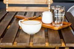 Lattekaffee und -wasser Stockfotos