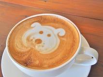 Lattekaffekonst på träskrivbordet Fotografering för Bildbyråer