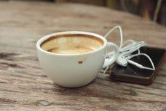 Lattekoffie in kop op houten achtergrond en slimme telefoons royalty-vrije stock foto