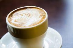Lattekoffie op een lijst Stock Foto's