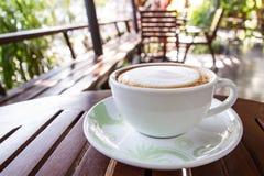 Lattekoffie in witte kop Stock Foto
