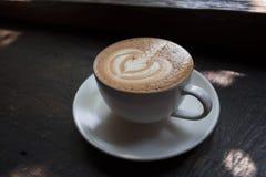 Lattekonst på cappuccinokaffe Arkivfoton