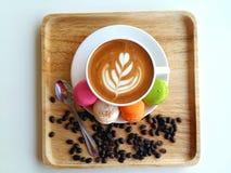 Lattekonstkaffe som så är läckert på trä Royaltyfri Bild