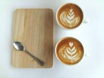 Lattekonstkaffe som så är läckert på vit Arkivbild