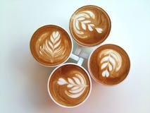 Lattekonstkaffe som så är läckert på vit Royaltyfri Bild