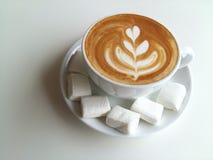 Lattekonstkaffe som så är läckert på vit Arkivfoton