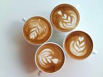 Lattekonstkaffe som så är läckert på vit Royaltyfri Fotografi