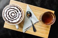 Lattekunst auf einer hölzernen Tabelle Stockbild