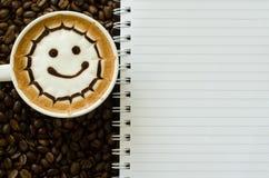 Lattekunst en notitieboekje Stock Afbeelding