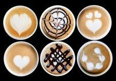 Lattekunst im Becher lizenzfreie stockbilder