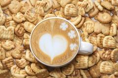 Lattekunst und geschmackvolle Kekse Lizenzfreies Stockbild