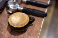 Lattekunstkaffee auf hölzerner Tabelle stockbild