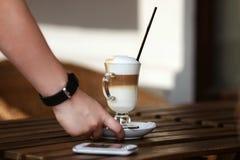 Lattekunstkaffee-Designcafé, das heißen Milchespresso gießt lizenzfreie stockfotos