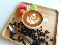 Lattekunstkaffee so köstlich auf Holz Stockbild