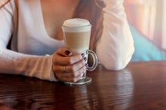 Lattemacchiatokaffe i högväxt glass slut upp royaltyfria foton