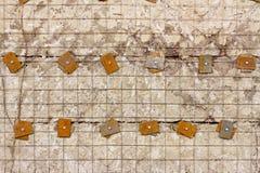 Lattice den förstärkta betongväggen med metallpackningar och bultar Royaltyfri Foto