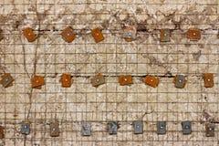 Lattice den förstärkta betongväggen med metallpackningar och bultar Royaltyfria Foton