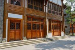 Latticed dörr och fönster av gammalmodig byggnad Arkivbilder