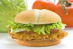Lattuga croccante del formaggio della cipolla del pomodoro dell'hamburger del pollo immagini stock libere da diritti