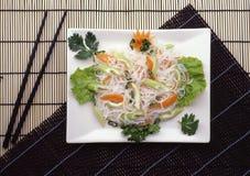 Lattuga dal calamaro e dalle verdure su un piatto bianco Fotografie Stock Libere da Diritti