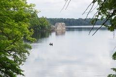latvia Старое река и зеленые деревья Руины и отражение Стоковая Фотография