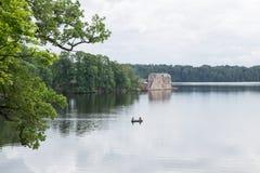 latvia Старое река и зеленые деревья Руины и отражение Стоковые Фотографии RF