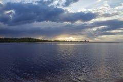 latvia Coucher du soleil sur la rivière Changez par temps Bombe élémentaire Photographie stock