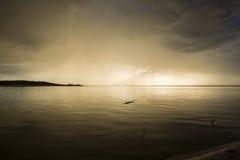 latvia Coucher du soleil sur la rivière Changez par temps Bombe élémentaire Images libres de droits