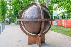 Latvia Jurmala Yurmala, 09 2017 Czerwiec: Symboliczna kula ziemska na środkowej Jomas ulicie w Jurmala zdjęcie royalty free