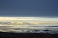 latvia O golfo de Riga Por do sol em cores pasteis Imagem de Stock