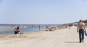 latvia Resto en una playa en Jurmala Fotos de archivo