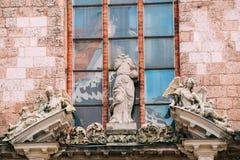 latvia riga 3 старых барочных статуи na górze портала парадного входа к церков St Peter, Стоковая Фотография