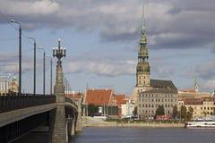 Latvia: Riga através de uma ponte Imagem de Stock Royalty Free
