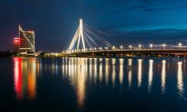 latvia riga Den sceniska sikten av Vansu Kabel-blev bron i afton Arkivbilder
