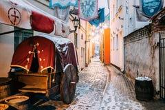 latvia riga Den traditionella gamla medeltida vagnen är i smal gata Arkivfoton