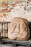 latvia riga Det Salaspils stenhuvudet är stenstatyn av den forntida slaviska förebilden i museum Arkivfoto
