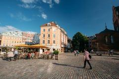 latvia riga Folk som vilar i gatakafé eller restaurang i gammalt Arkivfoton