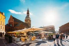 latvia riga Folk som vilar på kupolfyrkant i Sunny Summer Day Fotografering för Bildbyråer