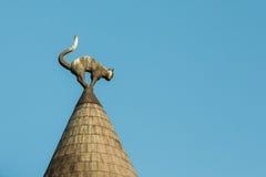 latvia riga Nära svart Cat Sculpture On Turret Taper tak av Cat House, royaltyfri fotografi