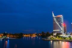 latvia Riga Noc pejzaż miejski Nowożytny śródmieście, Swedbank drapacz chmur Obraz Royalty Free