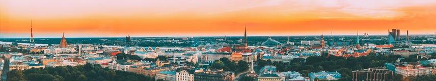 latvia riga PanoramaCityscape för flyg- sikt på solnedgången TVtorn, akademi av vetenskaper, Sts Peter kyrka, boulevard av arkivfoto