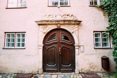 latvia riga Trädörr av portalen som dekoreras, genom att gjuta på fasad arkivbilder
