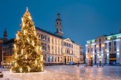 latvia riga Xmas-julgran i staden Hall Square At Evening royaltyfria bilder