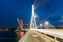 latvia Riga Zamknięty widok zostający Bridżowy W Jaskrawej nocy iluminaci Nad Daugava rzeką Opustoszały Vansu obrazy stock
