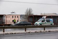 Latvia, Ryski - Grudzień 1 2017: Miejska policja Ryski, Latvia przy miejscem wypadek samochodem Dymić elektronicznych cigartes Zdjęcia Royalty Free