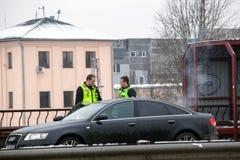 Latvia, Ryski - Grudzień 1 2017: Miejska policja Ryski, Latvia przy miejscem wypadek samochodem Dymić elektronicznych cigartes Fotografia Royalty Free